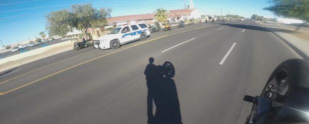 Un motociclist se da in spectacol in fata politiei dar nu impresioneaza pe nimeni
