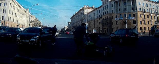 Un motociclist se raneste de unul singur incercand sa impresioneze in trafic