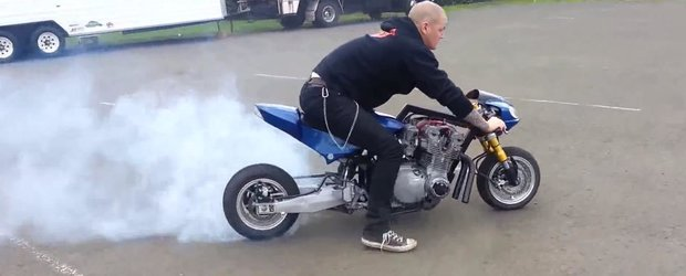Un pocket-bike cu motor de 1000 cmc transforma anvelopele in fum