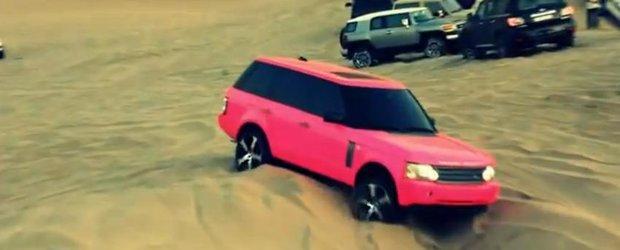 Un Range Rover ROZ ramane blocat in desert - arabii la joaca!