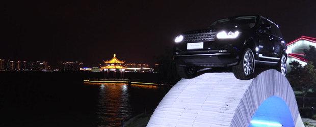 Un Range Rover traverseaza un pod 100% fabricat din hartie