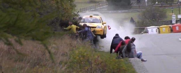 Un Renault Clio intra in multime la un raliu din Italia