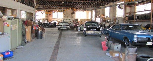 Un showroom General Motors plin cu masini vechi, scos la licitatie