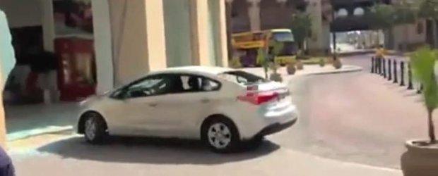 Un sofer beat intra in vitrina unui showroom Ferrari cu o Kia si fuge