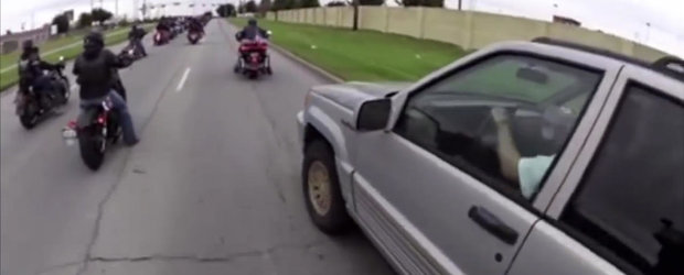 Un sofer de Jeep nerabdator intrerupe o parada moto a veteranilor, karma isi face aparitia instant