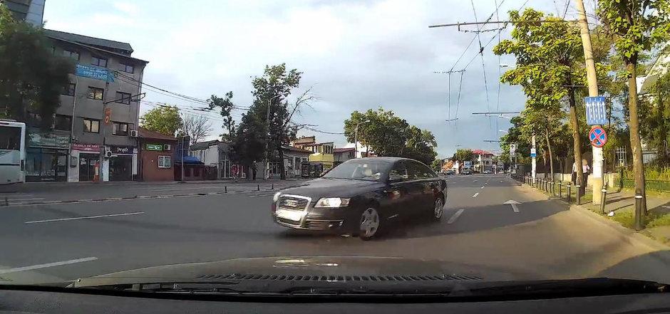 Un sofer din Bucuresti e lovit de o masina care vine pe contrasens dar primeste culpa comuna. E corect?