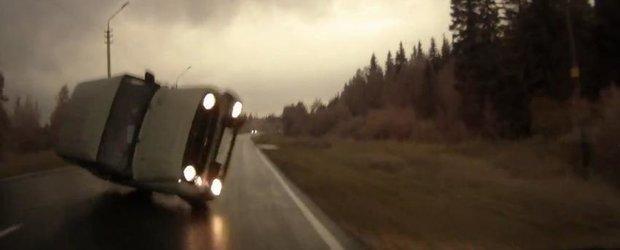 Un SUV rusesc pierde controlul pe ploaie. Rezulta un impact frontal dureros.