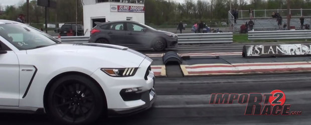 Unul cu aderenta, altul cu puterea. Liniuta intre Ford Focus RS si Shelby GT350
