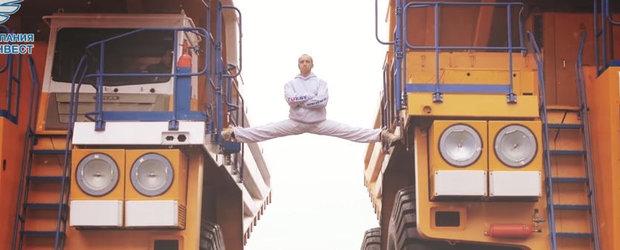 Van Damme e istorie: rusul asta face spagatul intre doua camioane Belaz de 160 de tone!