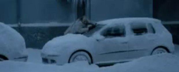 Vechi, dar bun: ai grija sa nu faci la fel cand dai zapada de pe masina!