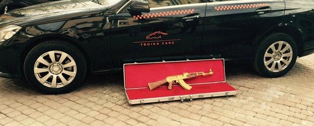 Viata bate filmul: A gasit in taxiul sau un Kalashnikov din aur masiv