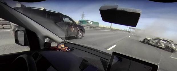 VIDEO: A vrut sa se strecoare printre masini, dar a provocat un accident care a inchis jumatate de autostrada