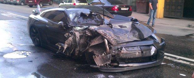 Video accident: un Nissan GT-R face ravagii printre alte masini parcate in Rusia