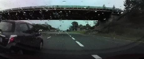 VIDEO: Autopilotul de la Tesla trage singur de volan si evita un accident in ultima clipa