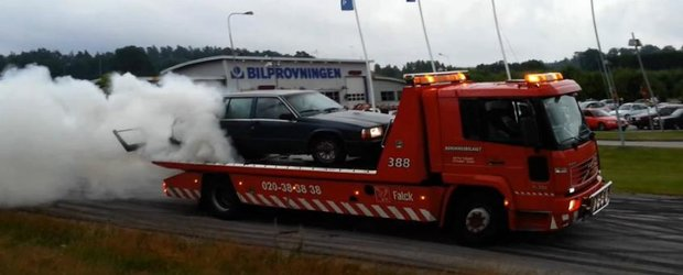 VIDEO Burnout: cu un Volvo de familie, direct pe masina de tractare