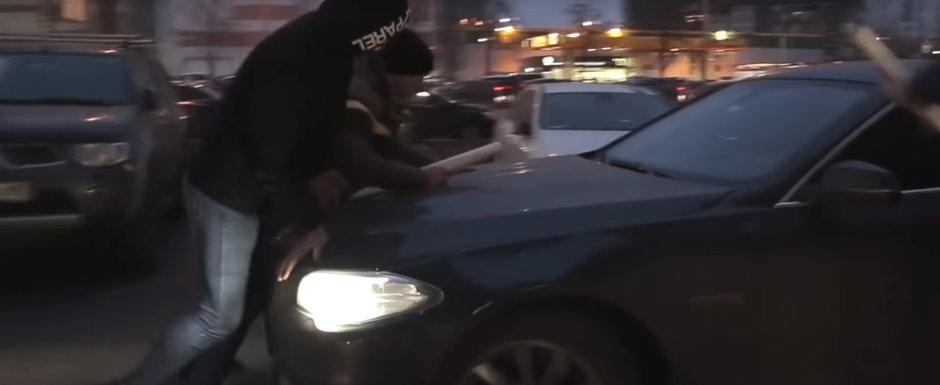 VIDEO: Cocalarul cu BMW intra cu masina pe trotuar si sare la bataie dupa ce mai multi pietoni incearca sa-l opreasca