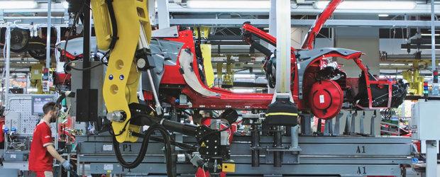 VIDEO din interiorul uzinei Ferrari. Oamenii si robotii lucreaza cot la cot pentru a crea adevarate opere de arta
