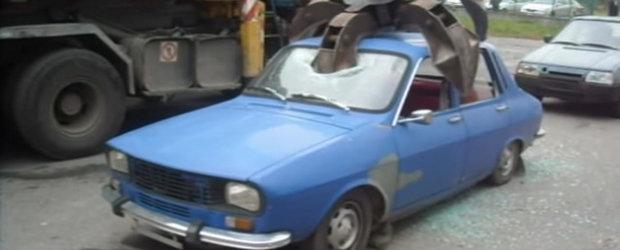 Video dureros: O alta Dacia 1300 e zdrobita la Remat de o gheara uriasa