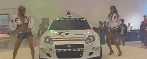 Video: Fetele o iau razna in jurul unui Fiat Grande Punto Abarth