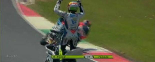 Video Funny: Un motociclist italian isi sarbatoreste victoria cu un lap mai devreme...