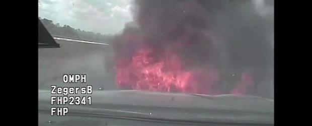 VIDEO: Masina de politie ia foc dupa o urmarire pe autostrada