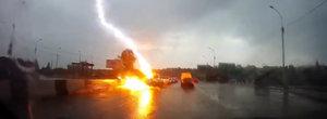 VIDEO: Momentul in care o masina este lovita de doua ori, in doar cateva secunde, de un fulger