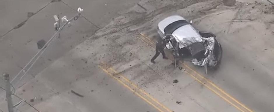 VIDEO: Momentul incredibil in care o masina urmarita de politie se rupe in doua dupa ce loveste cu mare viteza un copac