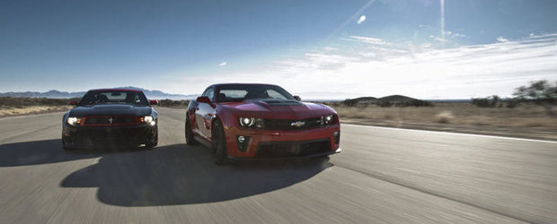 VIDEO: Noile Chevrolet Camaro ZL1 si Ford Mustang Boss 302 lupta pentru suprematie