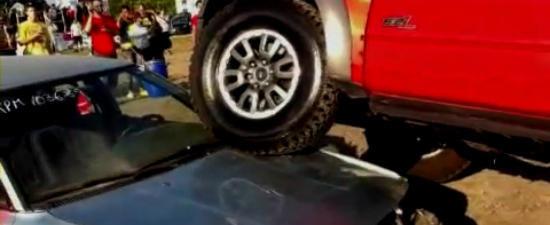 VIDEO: Noul Ford F-150 Raptor 'molesteaza' o batrana Toyota