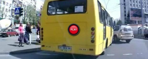 VIDEO: Nu ai sa ghicesti niciodata ce blocheaza acest autobuz!