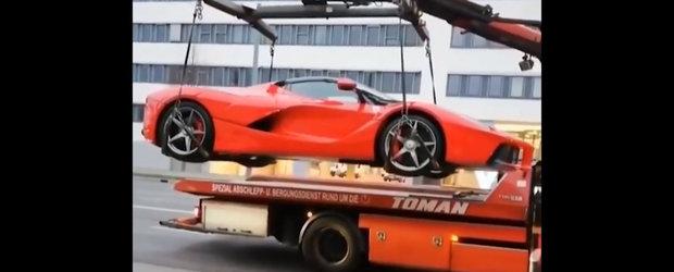 VIDEO: Politia ridica un Ferrari de trei milioane de euro de parca ar fi Dacie