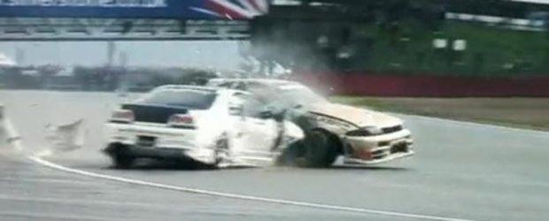 VIDEO: Si masinilor de drift le plac atingerile...