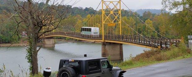 VIDEO: Soferul de autocar ignora limita de greutate a podului si conduce mai departe