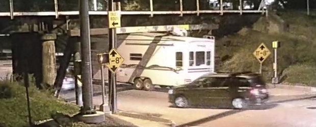 VIDEO: Soferul de camioneta ignora limita de inaltime si pierde aerul conditionat