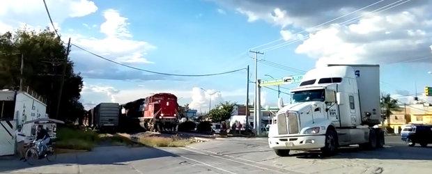 VIDEO: Soferul de tir ignora venirea trenului si traverseaza calea ferata
