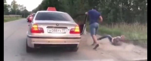 VIDEO: Taximetristul si-a aruncat clientul din masina pentru ca a facut mizerie pe jos