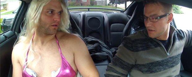 VIDEO TOPLESS: cursa nebuna cu o blonda sexy si un Nissan GTR