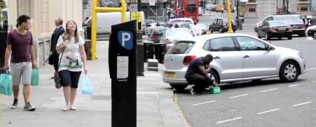 VIDEO: Un britanic fura benzina din rezervor in plina zi. Nimeni nu intervine!