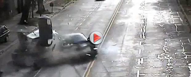 VIDEO: Un Ferrari 456 condus de dealer intra intr-un Volkswagen
