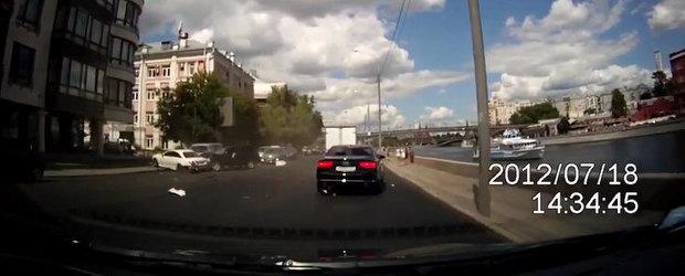 VIDEO: Un Mercedes CL intra pe contrasens, face praf cel putin trei masini