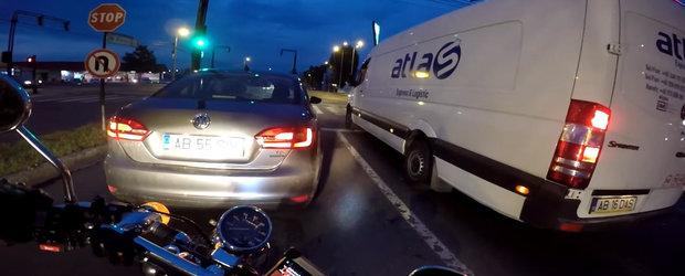 VIDEO: Un motociclist ii strica ziua unui dubist tare in gura si-n scuipat