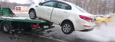 VIDEO: Un rus suparat pe politisti isi ia masina de pe platforma si se face nevazut