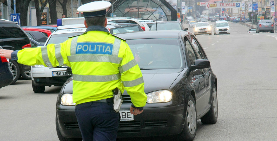 VIDEO: Un sofer a fost amenintat cu arma de Politie la Pitesti si prostimea il apara si il victimizeaza