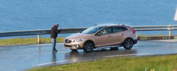 Viitorul Volvo XC40, surprins complet nedeghizat