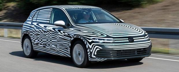 Volkswagen a publicat o prima poza a noului Golf 8, dar 'a uitat' sa dea jos camuflajul de pe masina
