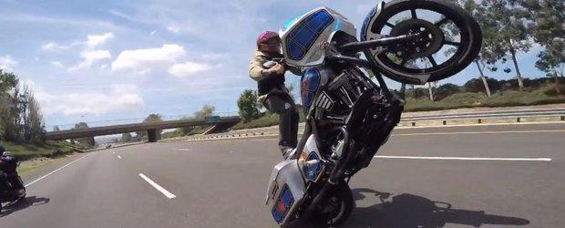 Wheelie cu un Harley modificat: credeai ca e posibil?